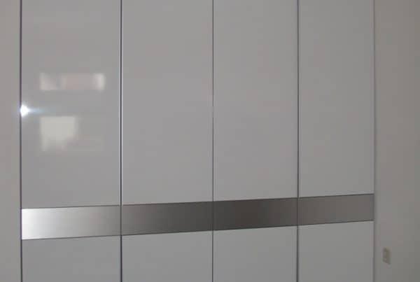 Kledingkast hoogglans wit met RVS lades
