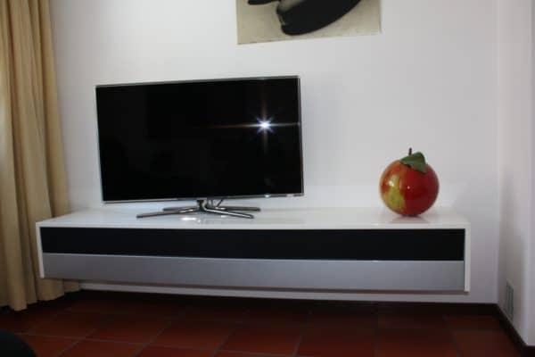 Hangend TV meubel in hoogglans wit en aluminiumkleur