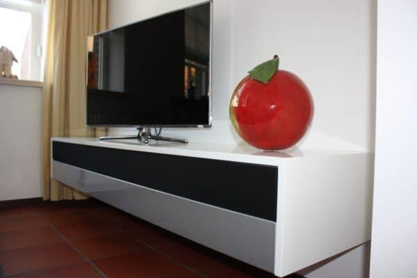 het is maar 25cm hoog De appel is door de klant gemaakt :-)