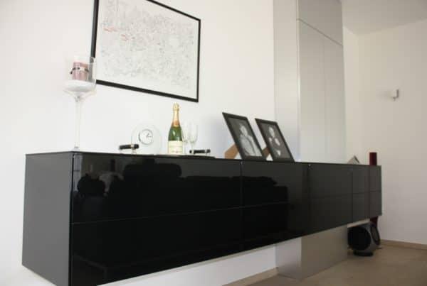 Zwevend dressoir van zwart glas