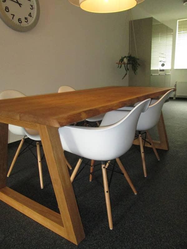Eiken tafel met boomstamrand vicini design for Eiken design tafel