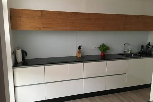 Door de smalle bovenkasten lijkt de keuken nog veel langer