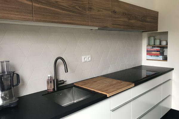 wit hoogglans keuken, met smalle bovenkastjes