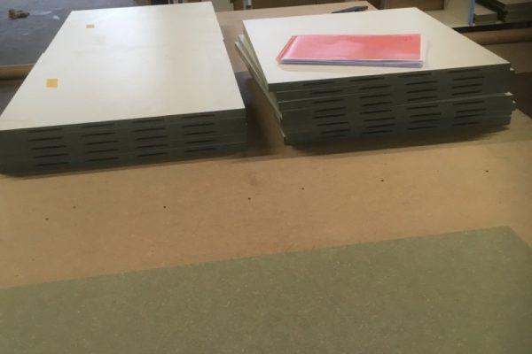 platen gezaagd en voorzien van lamello's