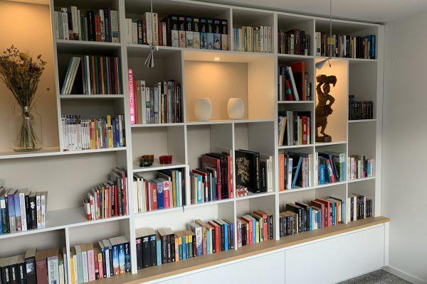 Een boekenkast op een bestaand meubel, ook dat kan !