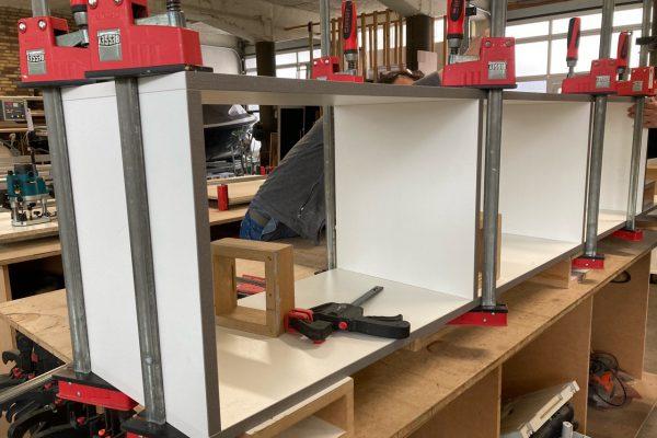 het TV meubel is gezaagd, gefineerd en wordt gelijmd